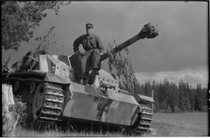 Rynnäkkötykit odottavat taistelukäskyä. Tienhaara, Hanhijoki 23.6.1944. Kuva: SA-kuva