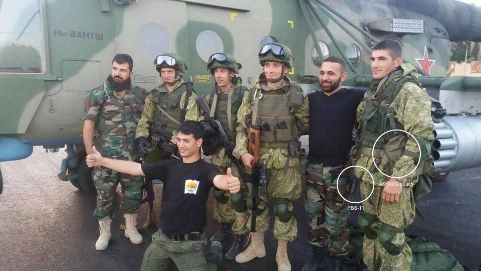 Venäläinen CSAR-partio kuvattuna Bassel al-Assadin lentoasemalla Mi-8AMTŠ-helikopterin edessä.