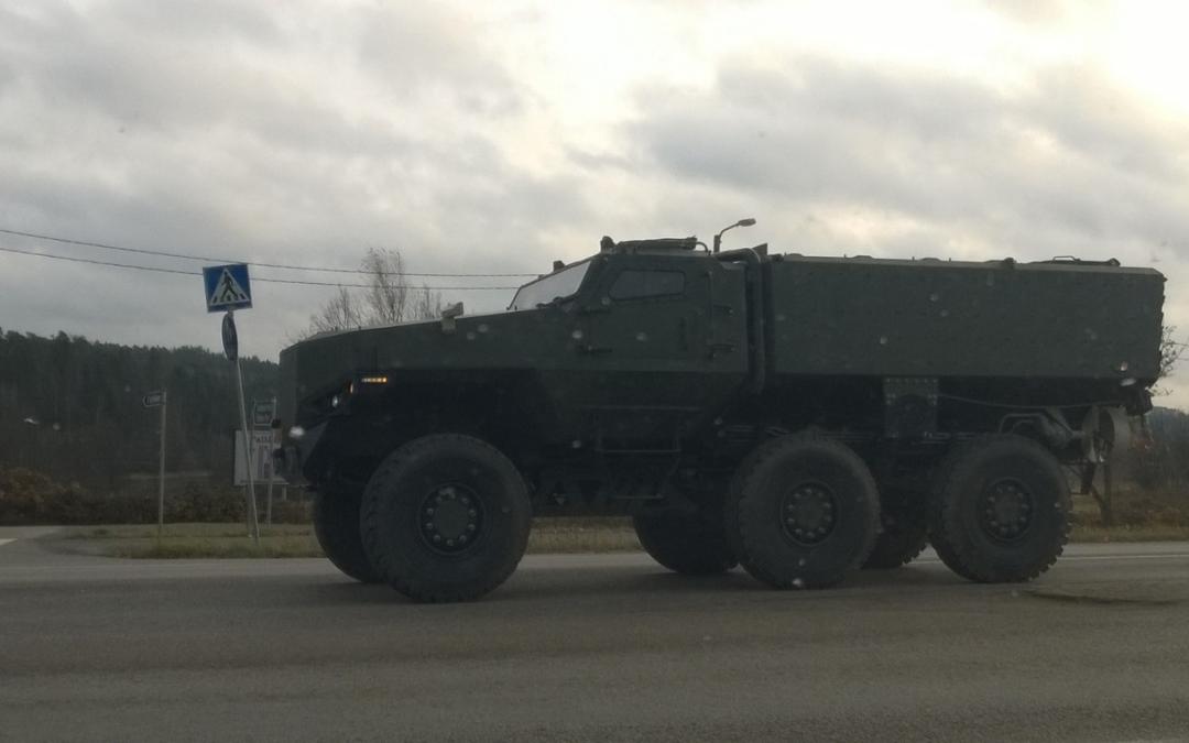 Outo sotilasajoneuvo Espoossa