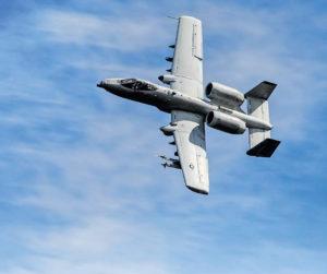 A-10 Thunderbolt II näyttää kykyjään Red Flag -sotaharjoituksessa Alaskassa kesällä 2014. Koneita on nähty viime aikoina turvallisuuspoliittisen tilanteen tiukennuttua myös Itämerellä. Tämä pahkasikanakin tunnettu suorastaan ikoninen rynnäkkökone – kylmänsodan Stuka tai ehkä paremminkin Sturmovik – on yksi konetyypeistä jonka F-35 -hankkeen pitäisi korvata. Maavoimien välittömään tulitukeen tarkoitetulla koneella on mittava ilmasta-maahan asekuorma ja se on vahvasti panssaroitu lähi-ilmatorjuntaa vastaan. A-10 ei sovellu laisinkaan ilmataisteluun, mutta päinvastoin kuin monitoimihävittäjät, se selviää vastustajan lähi-ilmatorjunnasta.
