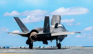 Merijalkaväen F-35B Lightning nousee maihinnousutukialus USS Waspin (LHD-1) kannelta toukokuussa 2015. F-35B:n pitäisi korvata Merijalkaväen ilma-aseen AV-8B Harrier, mahdollisesti F/A-18 Hornet sekä jo kovin vanha EA-68 Prowler. Paljon haastetta koneelle joka ei ole vieläkään valmis... tosin epäiltiinhän USA:n avaruusohjelmankin järkevyyttä aikanaan... F-35B pysyy nousemaan ilmaan myös pystysuoraan ilman nousukiitoa, mutta vain osittaisella polttoainemäärällä ja lähes olemattomalla asekuormalla.