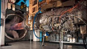 Kaikissa F-35 -malleissa käytetty Pratt & Whitney's F135 -ohivirtausmoottori, joka on kehitetty F-22:n F119 -moottorin pohjalta. Kyseessä on maailman tehokkain hävittäjän mooottori. F-35:n myötä Yhdysvaltain puolustusministeriö luopui kahden kilpailevan moottoritoimittajan mallista peruuttamalla vaihtoehtoisen Rolls-Royce moottorin kehitysprojektin. Jotta F-35:n yksikköhinnat näyttäisivät paremmilta, ne eivät sisällä moottoria. Kuvassa voimanlähde testeissä.
