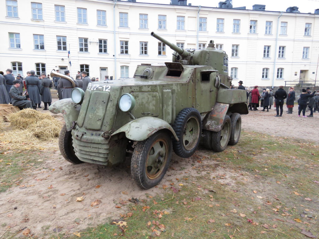 Panssarimuseon venäläisestä BA-10 –panssariautosta meinasi tulla todellinen Tuntemattoman sotilaan veteraani, se kun oli mukana jo Mollbergin versiossa. Nyt kuitenkin kone leikkasi kiinni harjoituksissa ja sangen harvinainen panssariauto seisoi syrjässä.