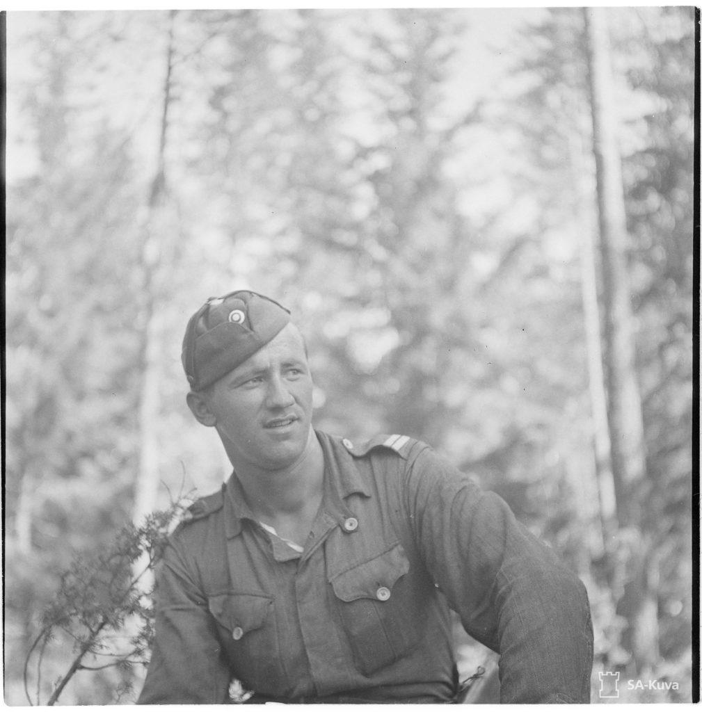 """Panssaritykin ampuja, korpraali Veikko Leppäkoski on tuhonnut 6 panssarivaunua (3 """"""""Klimiä"""""""" ja 3 """"""""Sotkaa"""""""" (T 34) Kuuterselän taistelussa 12.6.1944."""