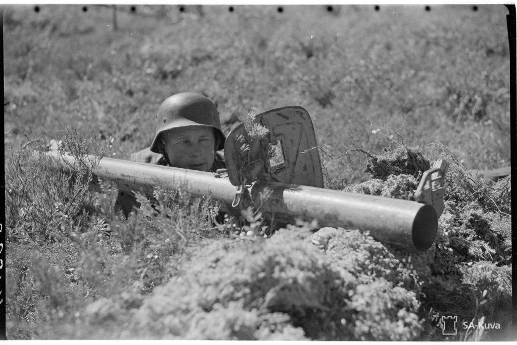 Panssarikauhua kokeillaan maastossa. (JR 56). Alkuperäinen kuvateksti Sa-kuvassa. Suomen Sotilas löysi Siiranmäestä paikan jossa suomalaiset käyttivät panssarikauhua ensimmäisen kerran. Tulosta syntyi! Lähde mukaan matkalle ja kuule lisää paikan päällä.