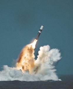 Trident -ballistinen ohjus on laukaistu sukelluksissa olleesta sukellusveneestä. Kuva Lockheed-Martin