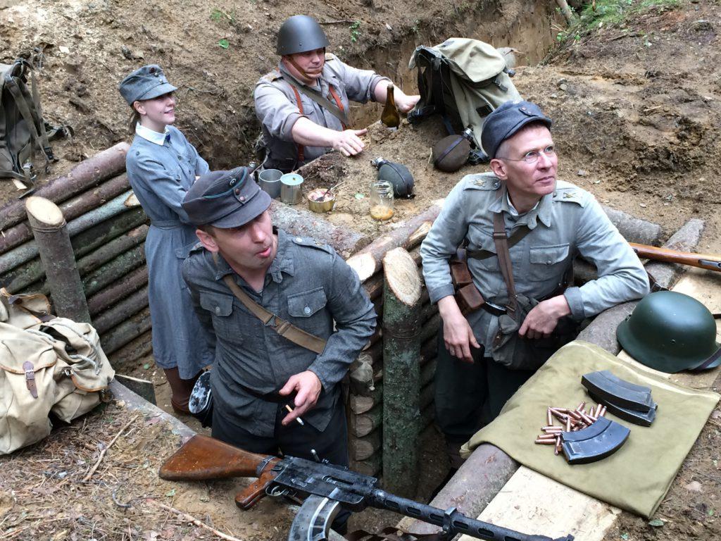 Lukijamatkalla näemme Kuuterselässä hienon ja näyttävän taistelunäytöksen, jossa venäläiset sotahistorian elävöittäjät jäljittelevät Kuuterselän murtumista kesällä 1944 paikalla jossa se tapahtui. Kuvat tässä viime kesän näytöksestä johon tiedustelupartiomme tutustui kesällä 2016.