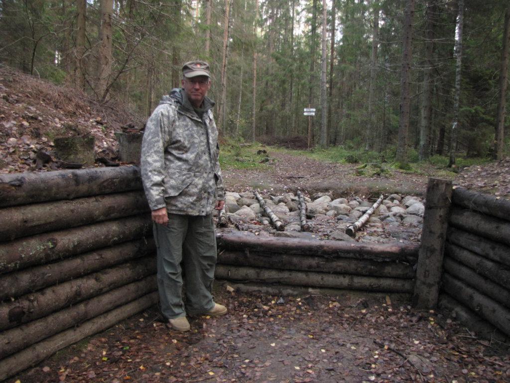 Kuusela Kuuterselässä lokakuussa 2016. Tällä paikalla näkyy kuvassa eräs ensi kesäkuun teemaan liittyvä 75 K 40:n tuliasema, josta käsin tuhottiin 12.6.1944 kuusi Puna-armeijan panssaria. Suomen Sotilaan lukijamatkalaiset tutustuivat näihin asemiin viimekesän matkalla. Nyt näemme myös taistelunäytöksen jota viime kesän matkaan ei kuulunut. Venäläiset harrastajat ovat entisöineet VT-linjalla olevan aseman asialliseen kuntoon ja mainioksi esimerkiksi ohjesäännönmukaisesta tuliasemasta.