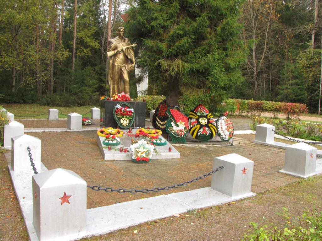 """Päätien varressa Siiranmäelle lännestä tultaessa on venäläinen muistomerkki Puna-armeijan sankareille. Erittäin siistin muistomerkkialueen nimitauluista partio laski noin 700 nimeä. Muistomerkin """"pronssisoturi"""" on pikemminkin kultaa väriltään."""