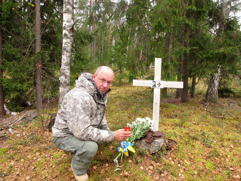Alikersantti Kauko Tuomalan kaatumispaikalle on pystytetty toistakymmentä vuotta sitten suomalaisten harrastajien toimesta valkoinen risti, jossa on hänen kuvana sekä syntymä- ja kaatumispäivänsä. Suomen Sotilaan partio vei ristille kukkia ja sytytti kynttilän Tuomalan muistokseen. Hänet on haudattu Humppilaan.