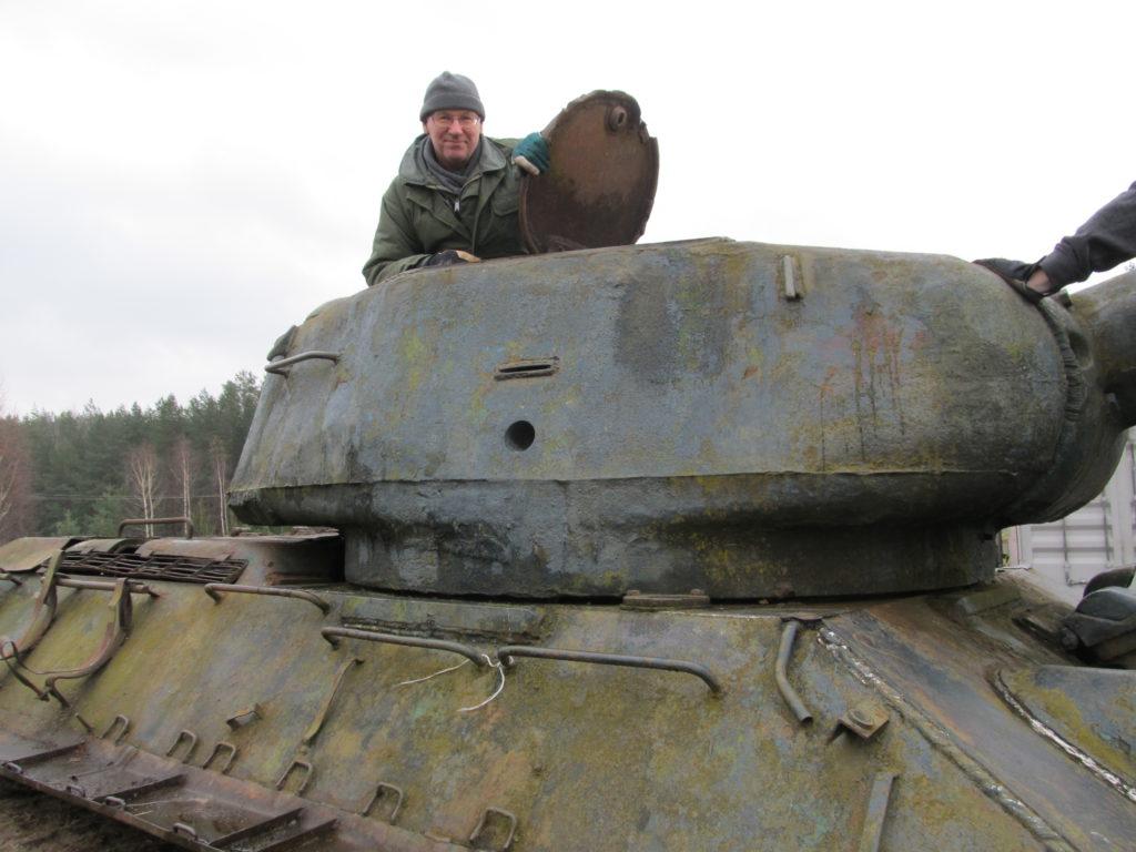 Suomen Sotilas-lehden erikoistoimittaja Kari Kuusela ja T-34