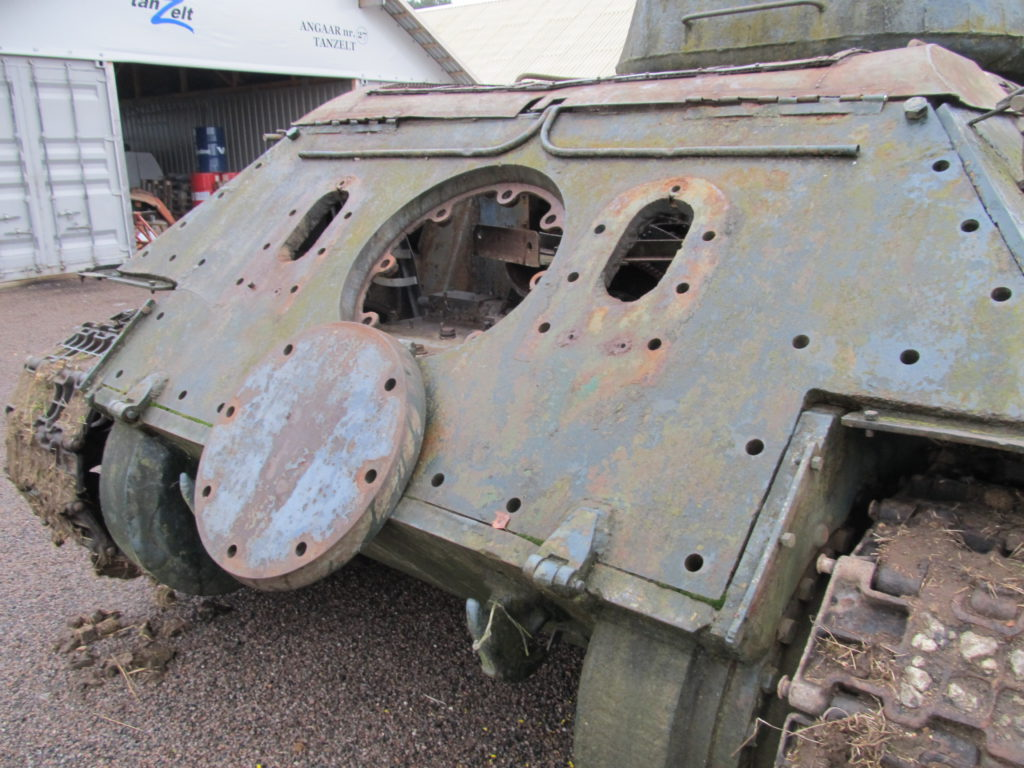 Vaunun peräpeilistä on aikojen saatossa tai Viron 90-luvun alun romumetallibisneksen myötä hävinnyt pakoputket ja niiden suojat.
