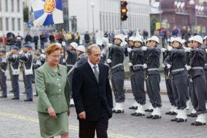 Presidentti Vladimir Putin tarkastaa kunniakomppanian valtiovierailunsa yhteydessä 3. syyskuuta 2001. (Kuva ITAR-TASS / Vladimir Rodionov, Sergei Velichkin )
