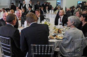 Michael Flynn istuu presidentti Vladimir Putinin vieressä RT-kanavan gaalaillallisella vuonna 2015.