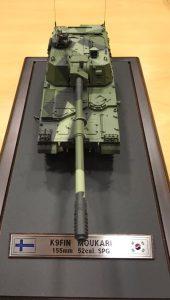 Kaupanteon yhteydessä luovutettu malli K9FIN MOUKARI -panssarihaupitsista, kuva Arto Ojanen