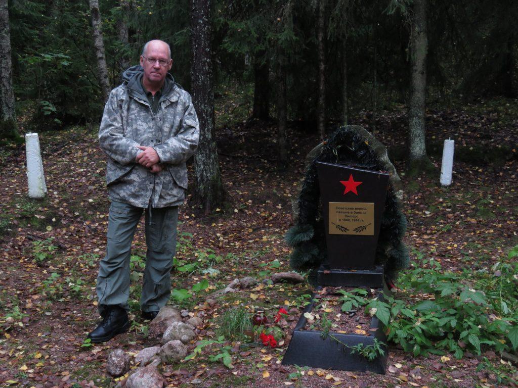 Puna-armeijalaisten hautoja löytyy yllättävistä paikoista, tämä keskellä metsää oleva on Tammisuolla ja siihen näyttäisi olevan haudattu sekä talvisodan lopulla 1940 että kesällä 1944 kaatuneita, erikoinen kombinaatio.
