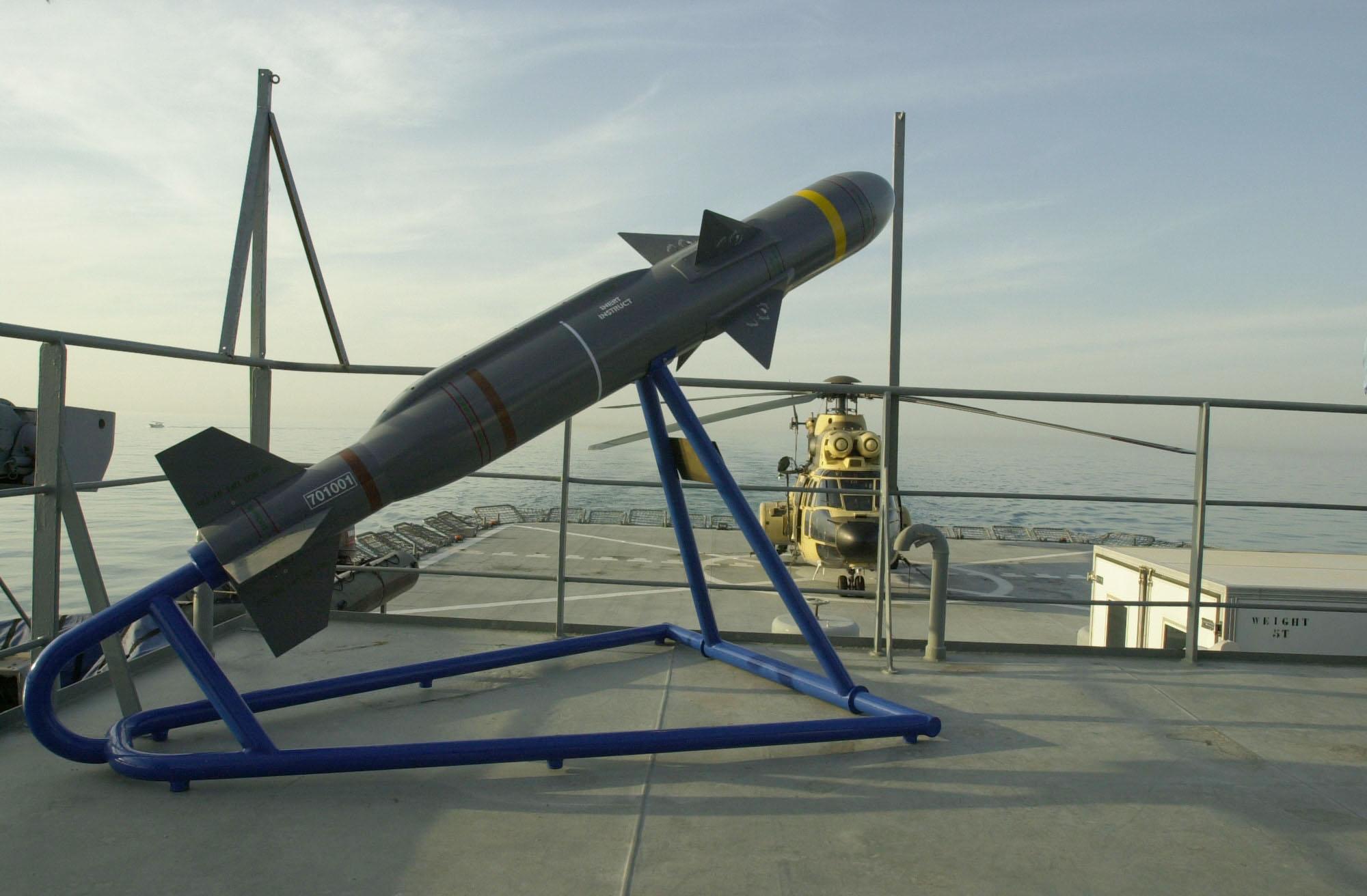 BAe Dynamics Sea Skua -meritorjuntaohjuksen koulutusmalli kuwaitilaisen P 5509 KNS Al-Dorrar -aluksen kannella harjoituksen aikana 2002.