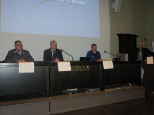 Seminaarin pääesiintyjät evl Janne Mäkitalo, Jyri Raitasalo sekä Tuukka Elonheimo. Oikealla puheenjohtaja kenraalimajuri evp Pertti Salminen